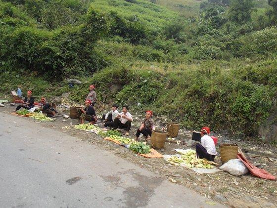 Hmong noirs au bord de la route qui monte à SaPa