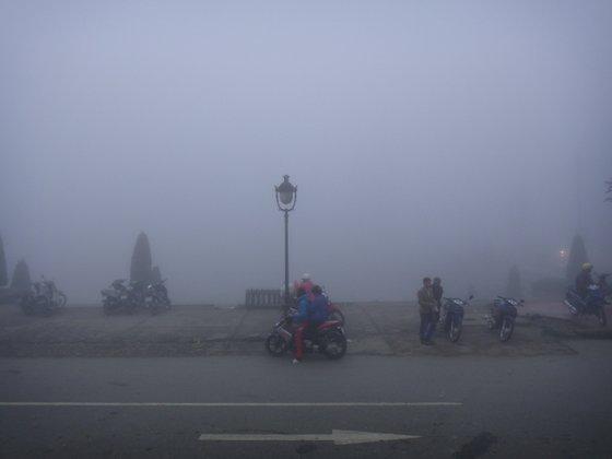 Epais brouillard sur la place de l'église de Sa Pa