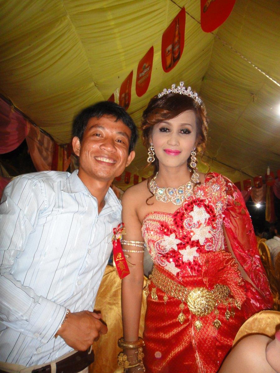 La mariée en rouge et un invité