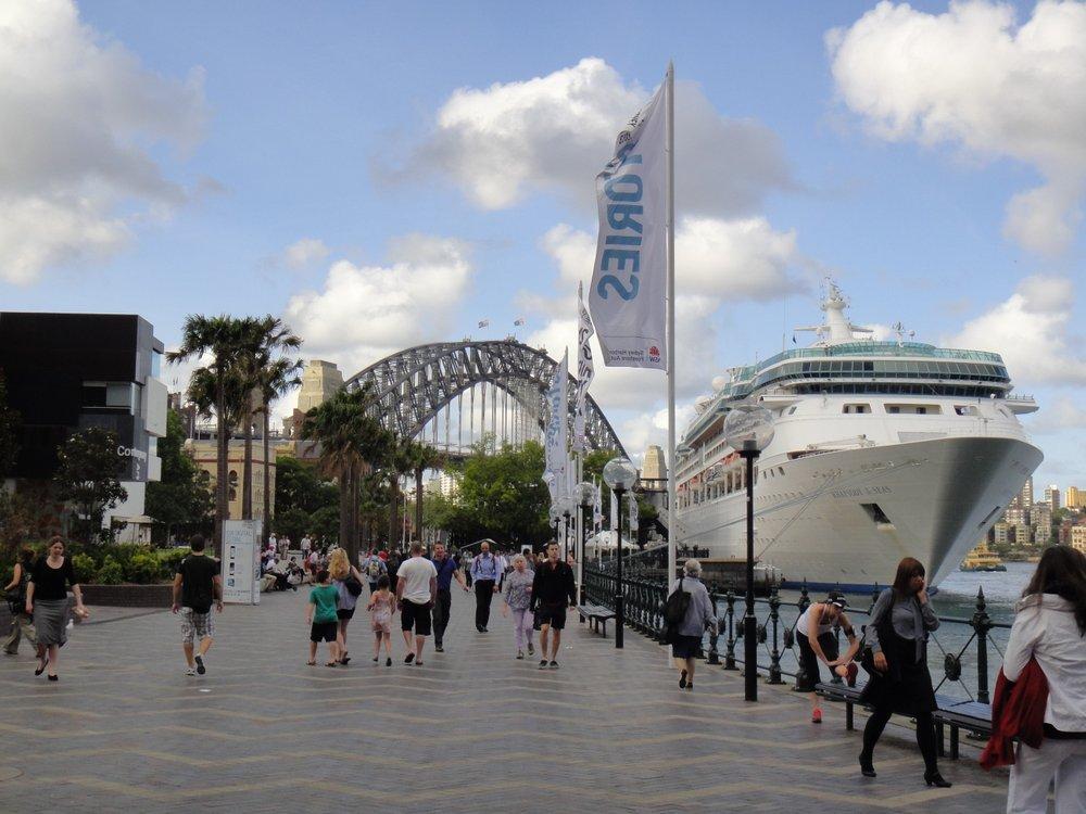 Un gros paquebot stationné à coté de mon Harbour Bridge
